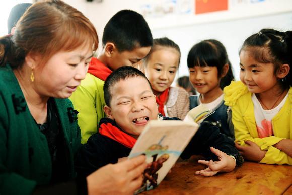 学猫叫口风琴谱子-课堂上,陈英也是儿子的手.由于小瑞握不住笔,每次都是小瑞口说或