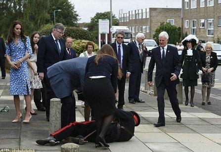 王子访校官员倒地 70多岁官员迎接威廉王子时不慎跌倒