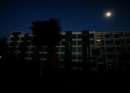 宿舍熄灯600名女生被罚站至凌晨5时 因熄灯后有人吵闹