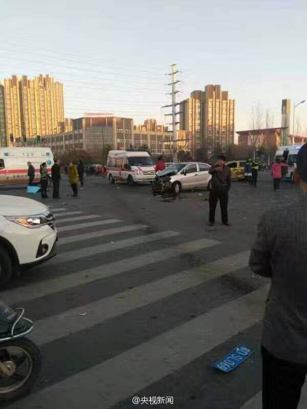 赤峰中学发生车祸 司机连撞8人3人死亡逃逸后坠楼身亡