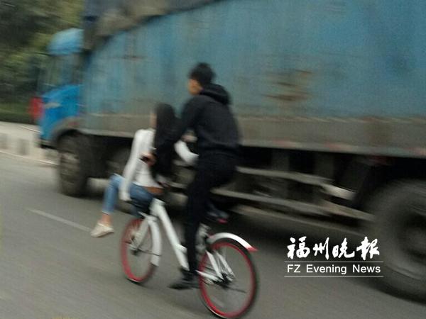 共享单车花式载人 网友:想玩浪漫也不能违反交通法规吧?