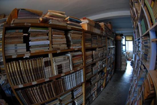 退休教授专门租房存书 为买一本古籍花光几年工资
