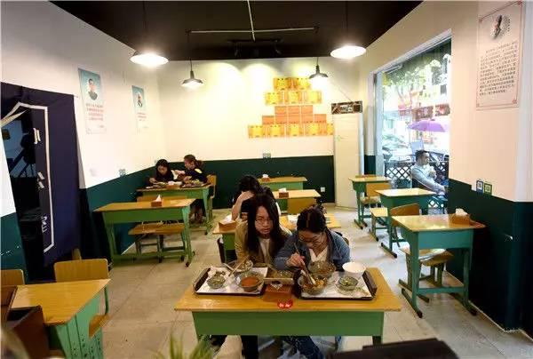 风格独特!90后小伙将餐馆装扮成教室 网友:吃饭像在考试