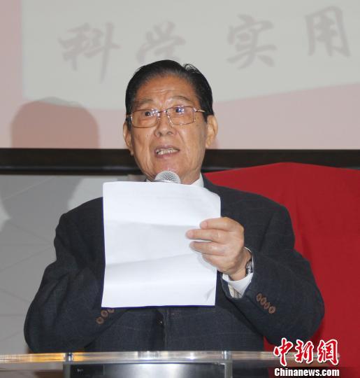 """?已85岁高龄的该教材总监制杨兆骥介绍了他的""""华文推广路""""。 林永传 摄"""