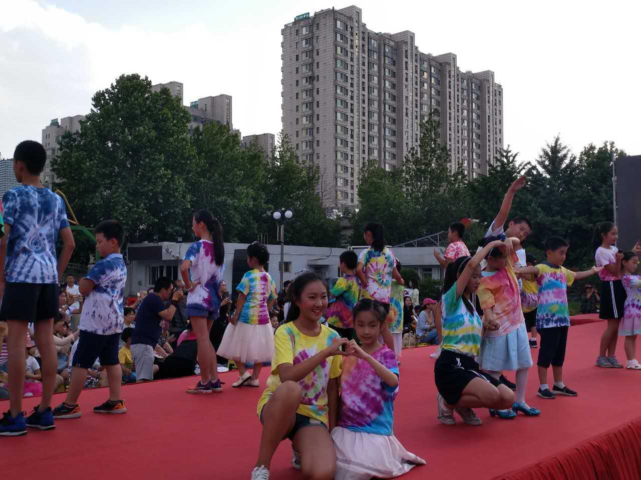 石景山外语实验小学举行扎染七彩童年庆六一暨校园开放日活动