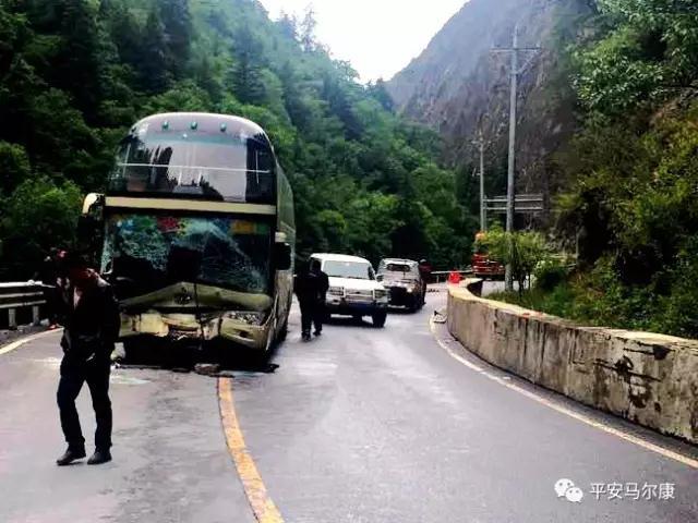 客车在阿坝州境内遇事故 50名大学生被安全转