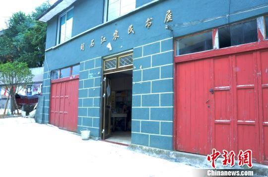 图为刘石江的农家图书馆。 叶清晖 摄