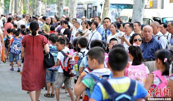 91.4%受访家长常因接送孩子上下学苦恼 盼弹性离校