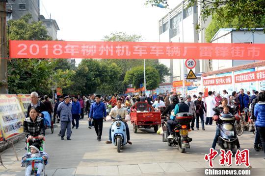 广西柳州一工厂坚持学雷锋50余载祖孙三代齐上阵