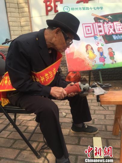 3月10日,广西柳州机车车辆厂的79岁退休职工张志林为市民提供免费磨刀服务。 周潇男 摄