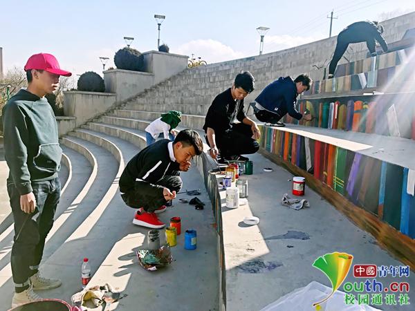 """大学生3D涂鸦将台阶变身""""图书馆"""" 太逼真学生不敢踩"""