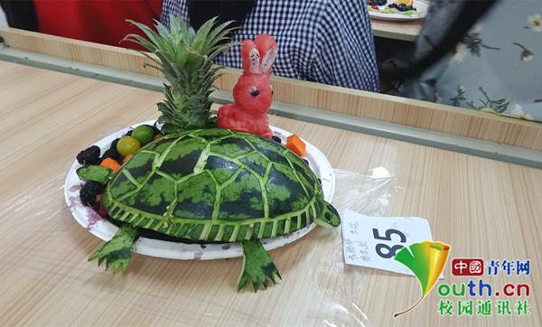 700名大学生制作创意水果拼盘 不输星级酒店餐饮雕花师