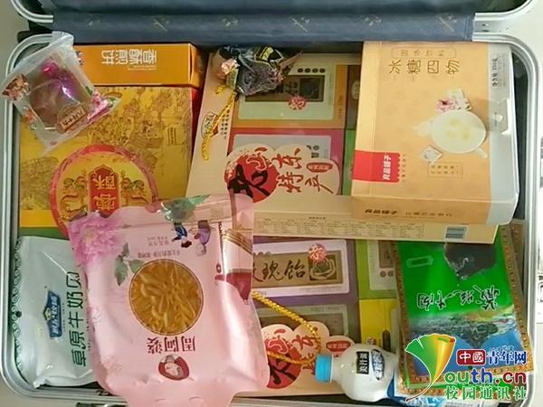 """国庆假期结束,大学生返校晒""""父母装的行李箱"""""""
