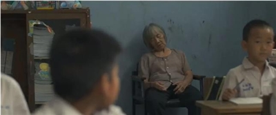 教师带病母上课感动众人:不想把她一个人丢在医院里