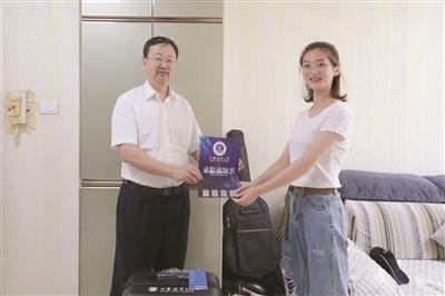"""大学校长化身""""快递小哥""""送通知书!"""