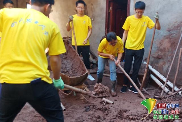 """实践地点遇强降水 10名""""三下乡""""学子参与抢险清淤"""