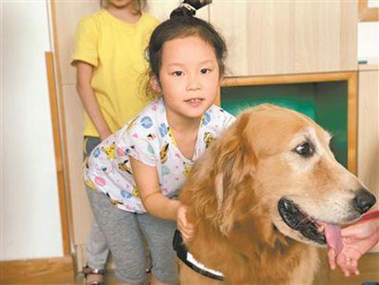 幼儿园小朋友和hugo开心地玩耍