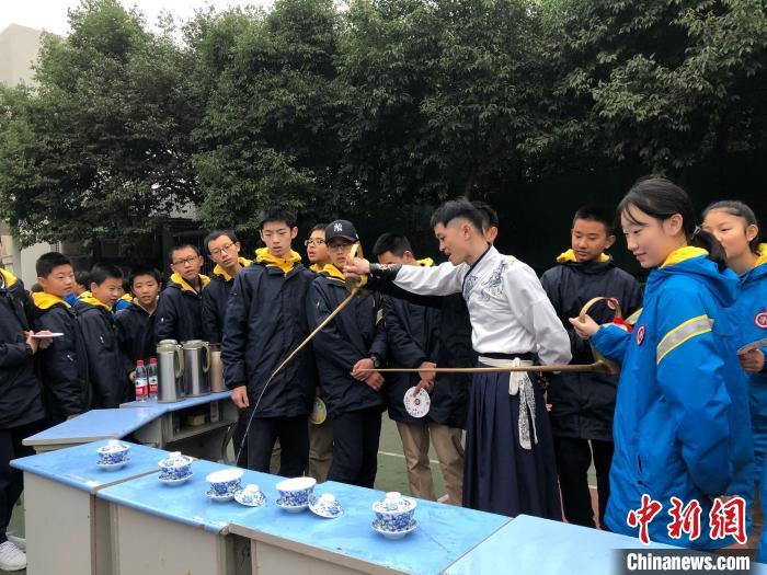 """中国传统技艺风""""刮""""进校园 重庆近千名学生动手""""学艺"""""""
