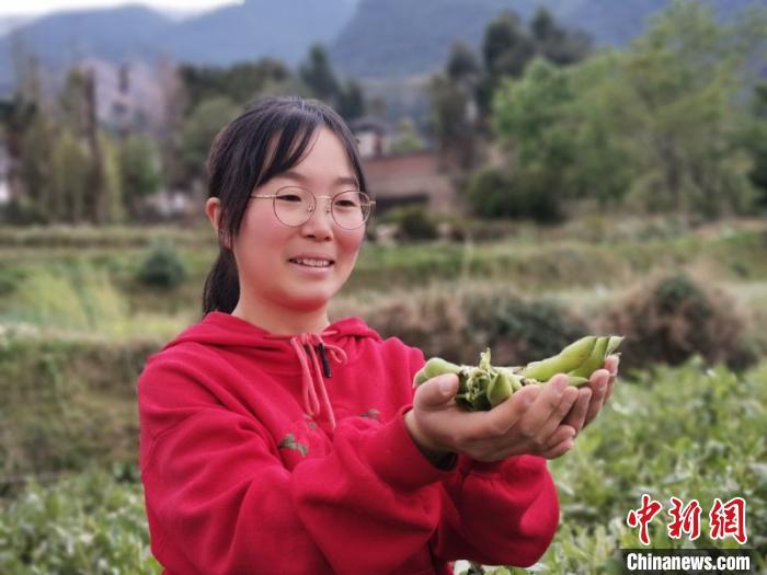"""云南""""90后""""女孩直播卖农产品 年销售额超千万"""