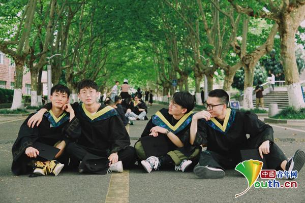 高校同宿舍4男生考研成功:看直播缓解压力,吃美食分享心得