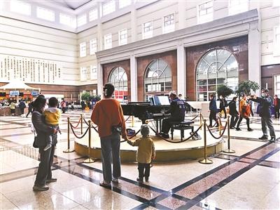 """花甲之年零基础学钢琴 终于""""得闲""""的他们决定去医院弹琴"""