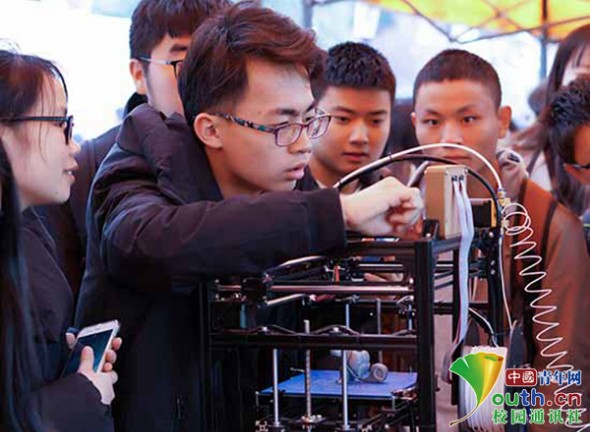 """武汉科技大学举办VR""""视界""""的樱花节  虚拟现实新体验令人耳目一新"""