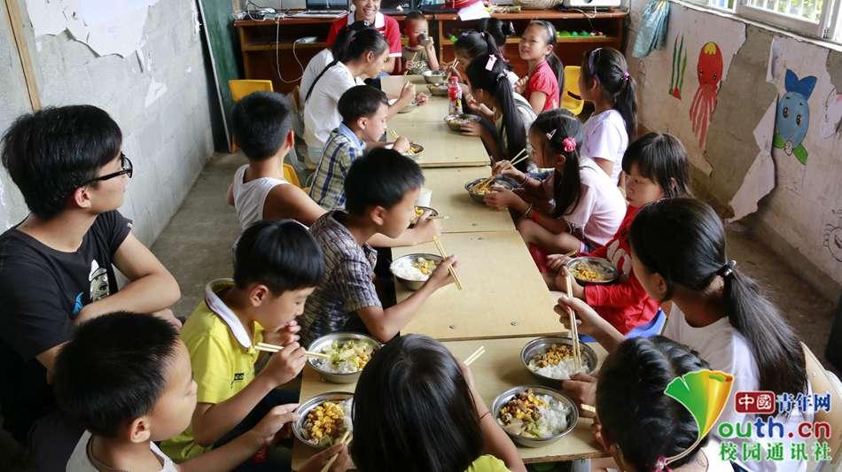贫困山区儿童吃饭图片内容 贫困山区儿童吃饭图片版面设计
