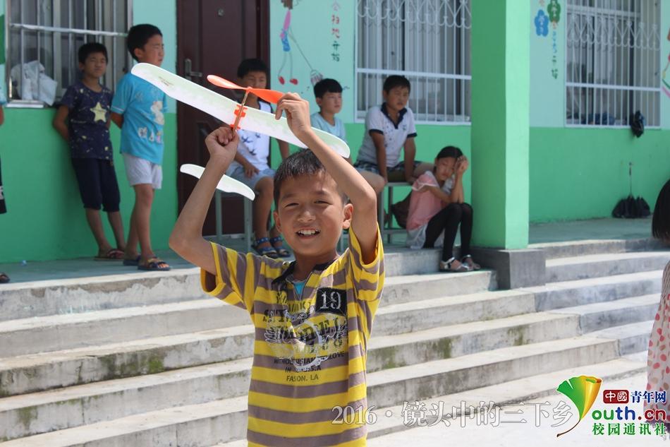 郑州大学生制作手工航模:让孩子们一起飞上蓝天