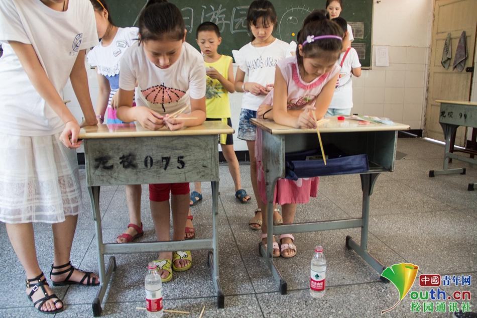 支教行动结束当天,志愿者老师举办游园会活动.