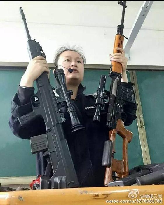 近日,云南司法警官职业学院的枪械课教师霸气侧漏的上课方式,走红网络!单手举起狙击枪毫不费力。