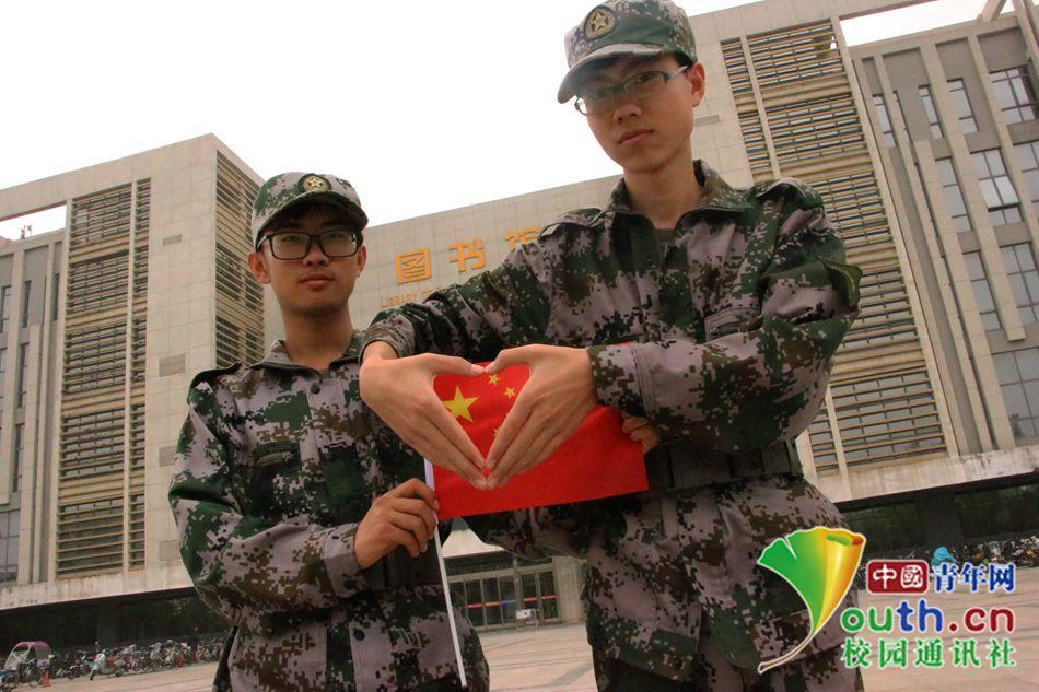 河南大学新生军训创意照 国庆献礼学子心
