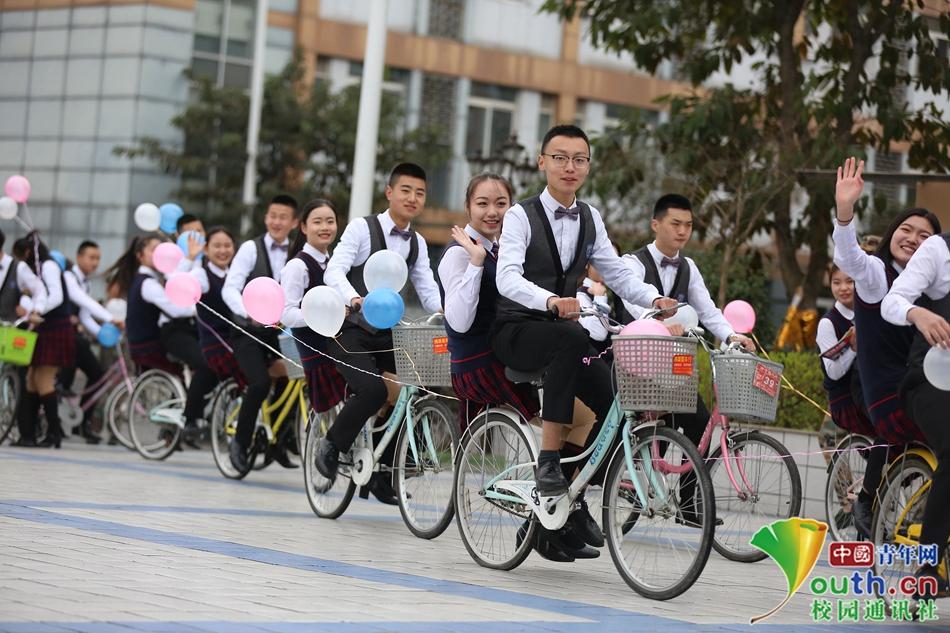 别人家的女生节!女生女生骑百名送男生上课堪整单车牙前后图片