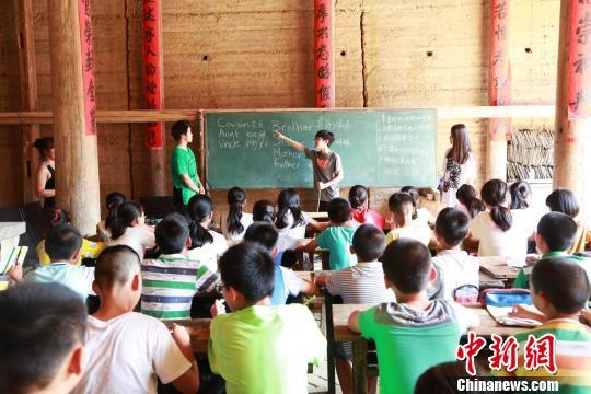 侨胞回乡办夏令营 美国华裔少年当老师教英语