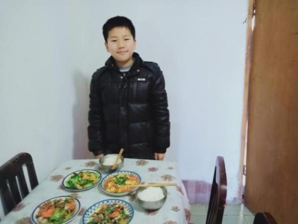 """河南一小學鼓勵學生在家學做菜 疫情過后將辦""""美食大賽"""""""