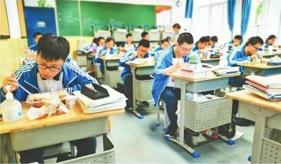 """武漢高三學子嘗新""""高考式食堂"""""""
